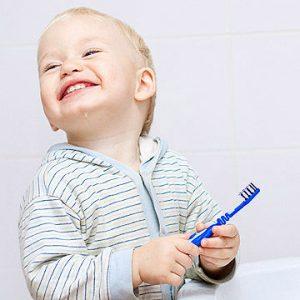 barn med tandbørste