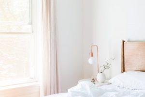 Et lyst indrettet soveværelse