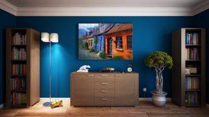 Indretning i et hjem med blå vægge
